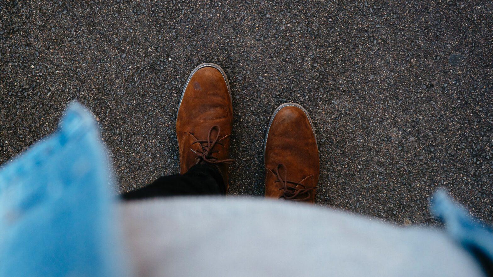 pulire le scarpe di camoscio dalle macchie d'olio