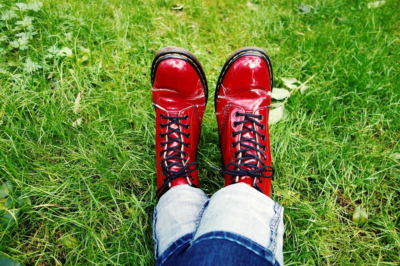 pulire le scarpe di vernice